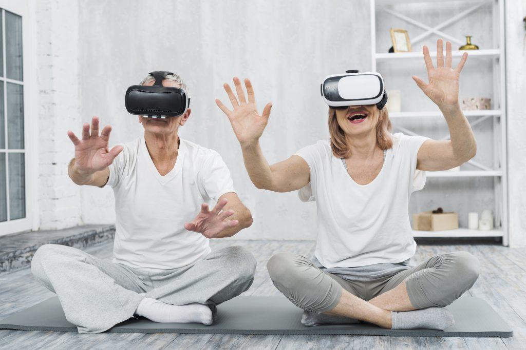 Pareja adulta mayor con gafas de Realidad Virtual